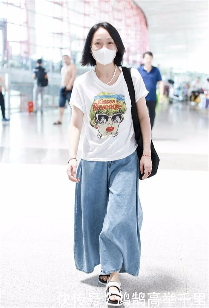 Lên đồ xuề xòa khi ra sân bay chính là đặc trưng phong cách của Châu Tấn.