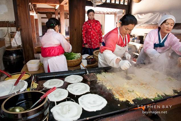 Phụ nữ Hàn Quốc thường bị giam mình nơi xó bếp.