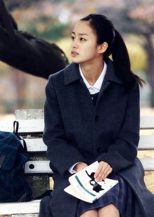 Gương mặt ít son phấn của Kim Tae Hee nổi bần bật giữa trường quay.