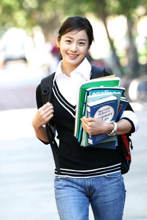 Vẻ đẹp của Kim Tae Hee: Từ nữ thần đại học đến biểu tượng nhan sắc, cả cái bóng phản chiếu trên tường cũng thừa sức gây sốt 8