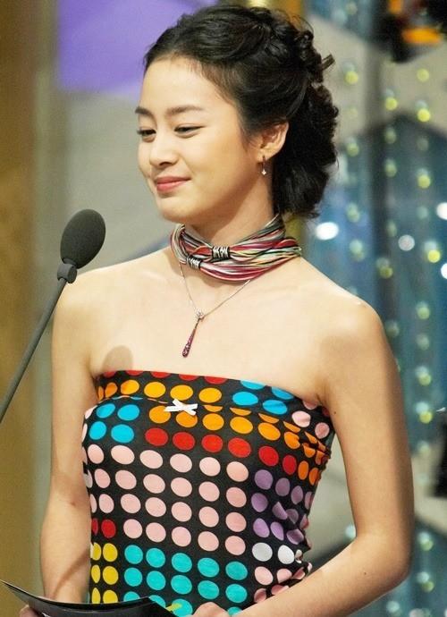Vẻ đẹp của Kim Tae Hee: Từ nữ thần đại học đến biểu tượng nhan sắc, cả cái bóng phản chiếu trên tường cũng thừa sức gây sốt 11