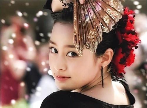 Vẻ đẹp của Kim Tae Hee: Từ nữ thần đại học đến biểu tượng nhan sắc, cả cái bóng phản chiếu trên tường cũng thừa sức gây sốt 15