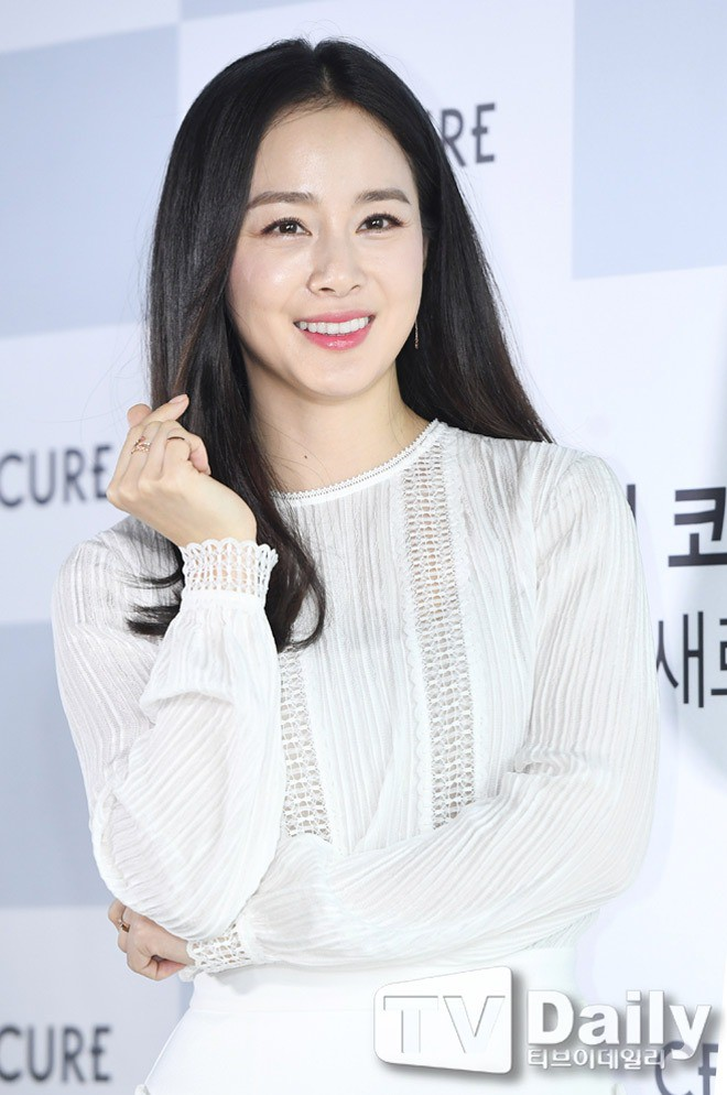 Vẻ đẹp của Kim Tae Hee: Từ nữ thần đại học đến biểu tượng nhan sắc, cả cái bóng phản chiếu trên tường cũng thừa sức gây sốt 23
