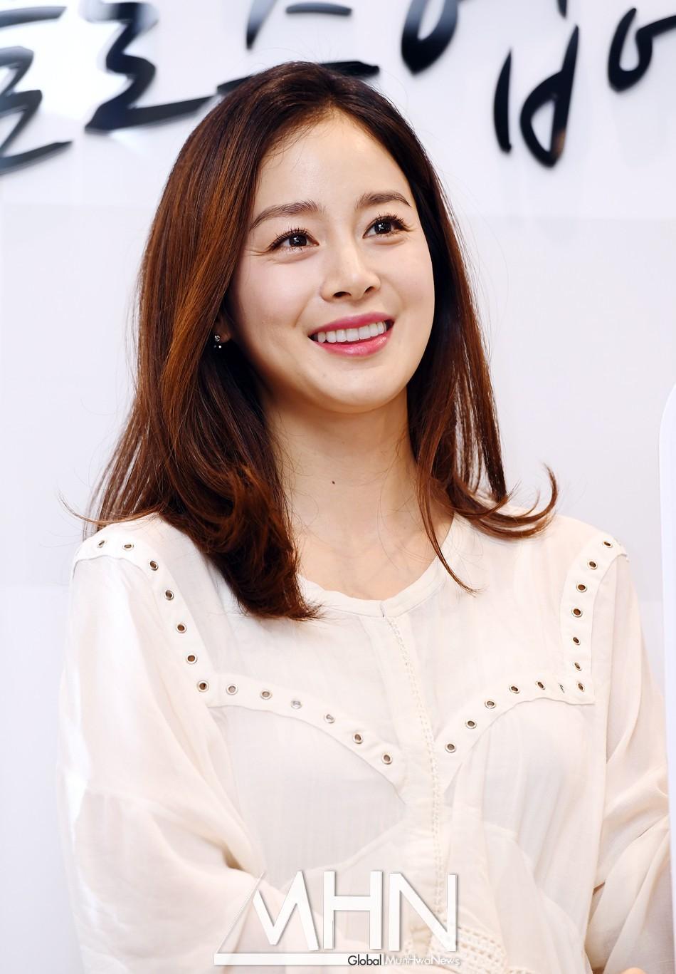 Vẻ đẹp của Kim Tae Hee: Từ nữ thần đại học đến biểu tượng nhan sắc, cả cái bóng phản chiếu trên tường cũng thừa sức gây sốt 24
