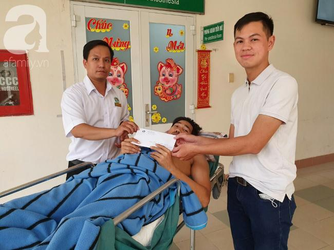 Đại diện mạnh thường quân đến trao tiền cho bệnh nhân.