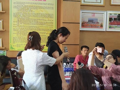 Cô giáo Nguyễn Thị Thu Trang (áo đen, đứng) bị buộc thôi việc vì hành vi đánh nhiều học sinh.