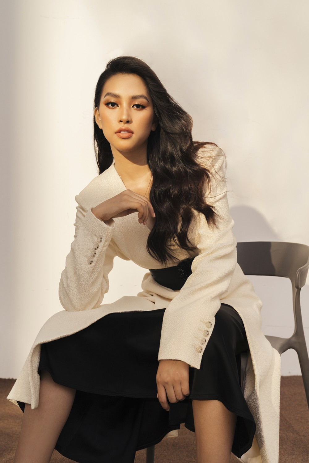 Hoa hậu Tiểu Vy giờ đây trưởng thành hơn, chín chắn hơn, tràn đầy sự tự tin và cá tính của riêng mình. Phong cách thời trang đáng chú ý với thân hình hoàn mỹ và những kỹ năng pose dáng chuyên nghiệp, đặc biệt không thể phủ nhận, thần thái và sự thăng hạng nhan sắc của nàng hậu là điều gây ấn tượng sâu đậm trong lòng khán giả.