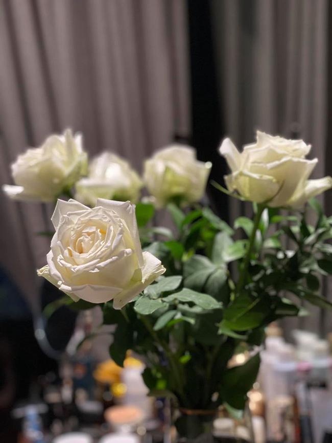 Bó hồng trắng tinh khôi được mẹ Cơm Canh khoe với mọi người được ông xã tặng mừng sinh nhật