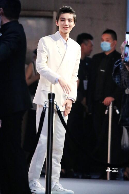 Đêm hội Dior 2020: Vương Tuấn Khải tựa hoàng tử, Triệu Lệ Dĩnh - Angela Baby đẹp áp đảo Ngô Cẩn Ngôn 3