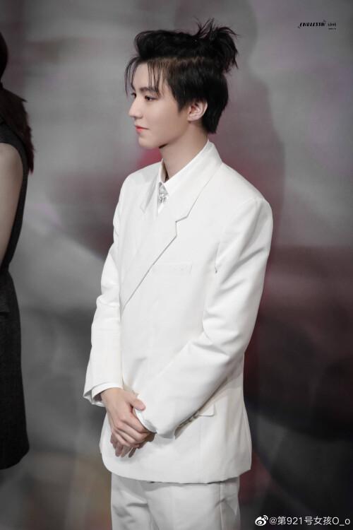 Đêm hội Dior 2020: Vương Tuấn Khải tựa hoàng tử, Triệu Lệ Dĩnh - Angela Baby đẹp áp đảo Ngô Cẩn Ngôn 9