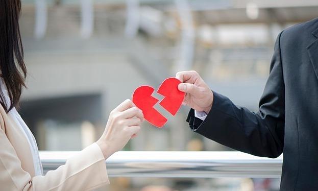 Nếu chia tay - đòi lại quà đã quá đáng thì ly hôn - đòi lại tiền lại càng đáng chê gấp nghìn lần! (Ảnh minh họa)