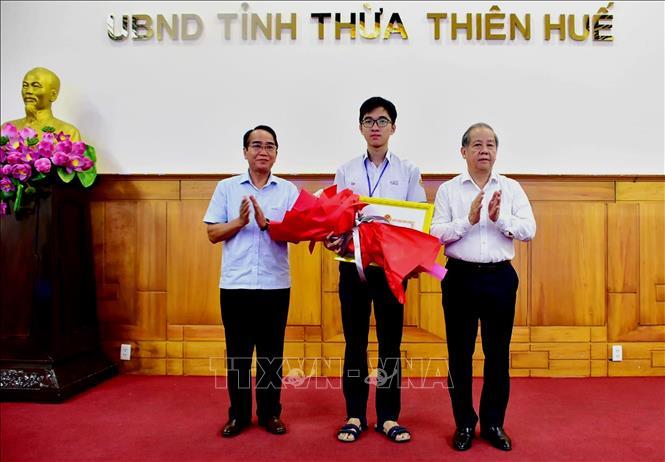 Ủy ban nhân dân tỉnh Thừa Thiên - Huế tổ chức lễ tuyên dương, khen thưởng học sinh Hồ Việt Đức (đạt Huy chương Vàng kỳ thi Olympic Sinh học Quốc tế năm 2020) và Tổ sinh học - Trường Trung học phổ thông chuyên Quốc Học Huế. Ảnh minh họa: Tường Vi/TTXVN