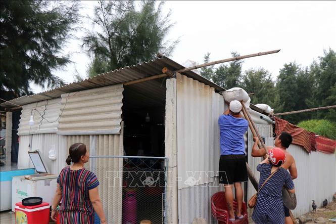 Người dân sinh sống ở vùng ven biển huyện Phú Vang di dời đồ đạc để đến nơi an toàn tránh trú bão số 5. Ảnh: Đỗ Trưởng/TTXVN