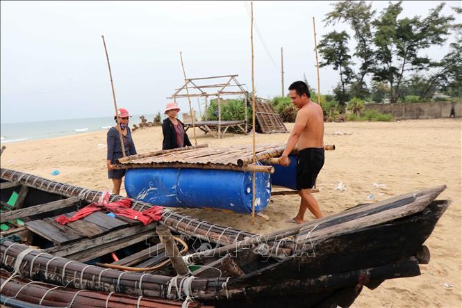 Người dân sinh sống ở vùng ven biển huyện Phú Vang di dời đồ đạc để đến nơi an toàn tránh bão số 5. Ảnh: Đỗ Trưởng/TTXVN