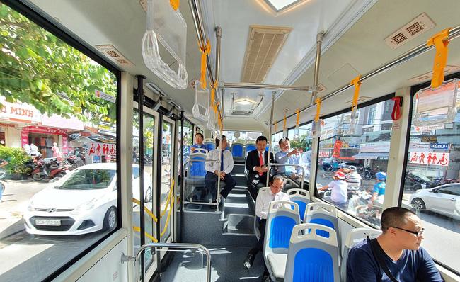 Các xe bus mới đã được cấp giấy chứng nhận an toàn kỹ thuật và bảo vệ môi trường, lắp camera, máy lạnh, wifi miễn phí, công cụ hỗ trợ và ghế ngồi cho người khuyết tật. (Ảnh: VOV)