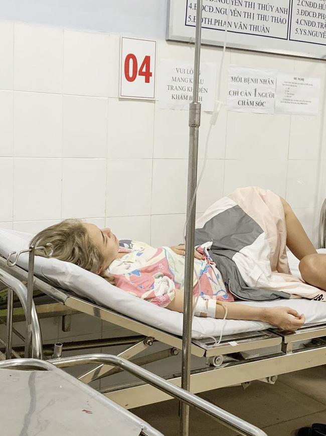 Hình ảnh Thái Trinh nằm viện cấp cứu sau khi bị ngộ độc.