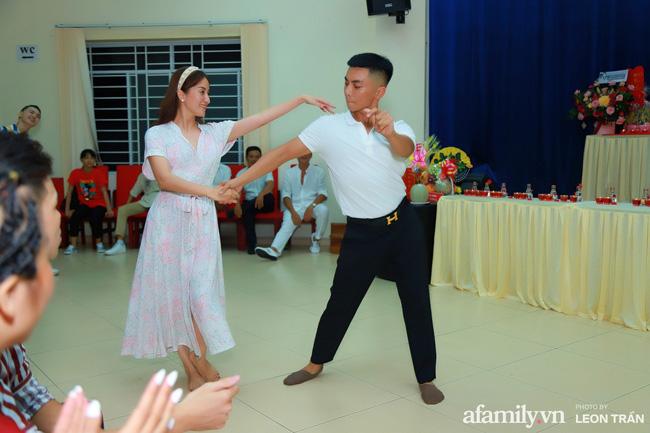 Hai vợ chồng tình cảm trong một bài khiêu vũ lãng mạn.