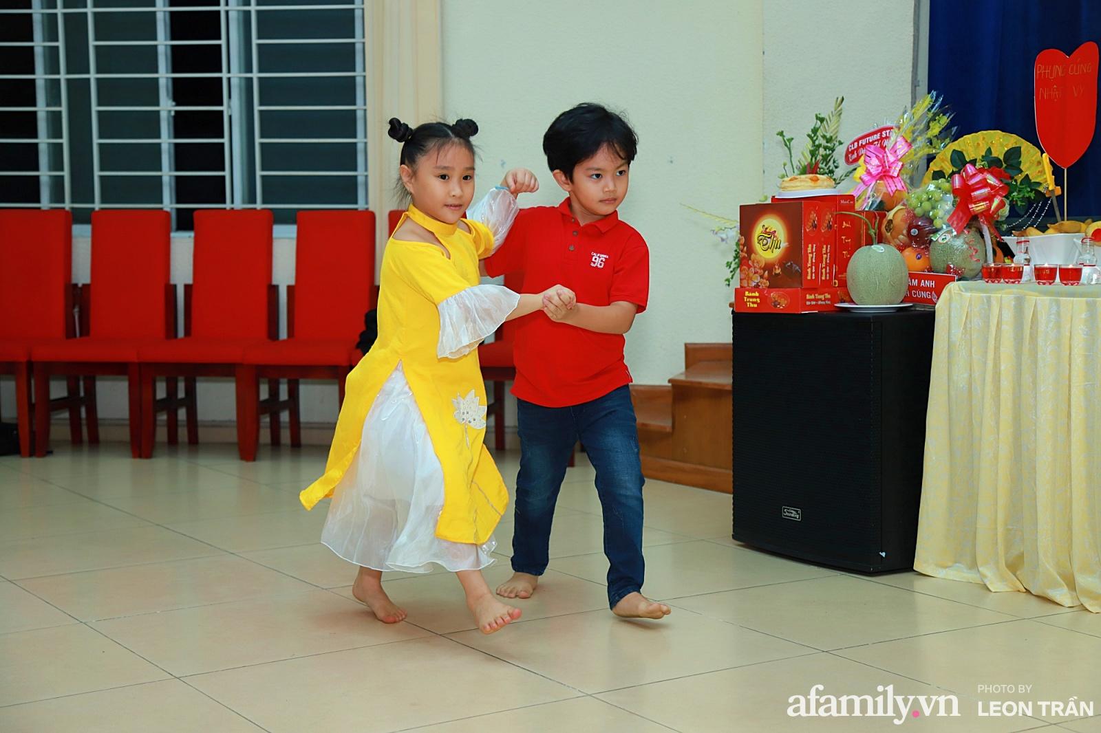 Con trai Kubi vừa hát vừa nhảy rất sung không kém cha mẹ của mình.