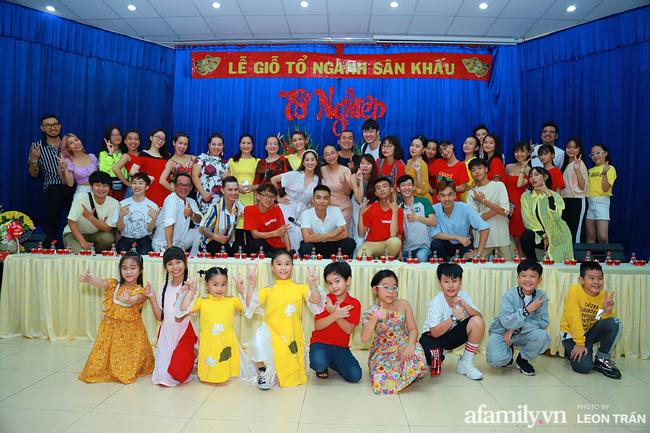 Khánh Thi chia sẻ thêm trong ngày mai cô và ông xã vẫn sẽ tiếp tục đến tham gia cúng Tổ tại các sân khấu khác trong TP.HCM để gặp gỡ cùng các đồng nghiệp.