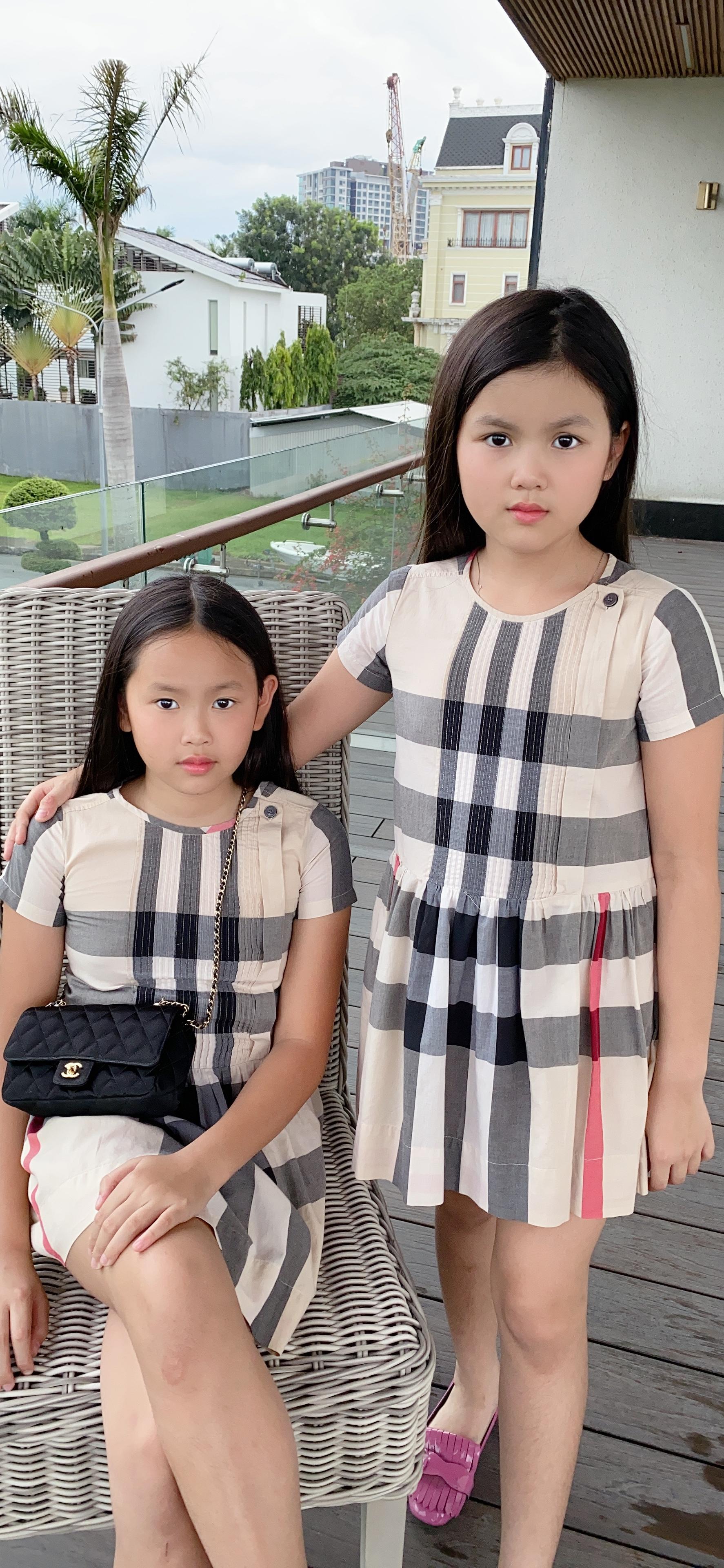 Bất ngờ với vẻ ngoài cực kỳ đáng yêu của hai con gái sinh đôi nhà Hoa hậu Phương Lê, nhìn số lượng đồ hiệu mà ai cũng ghen tị 0