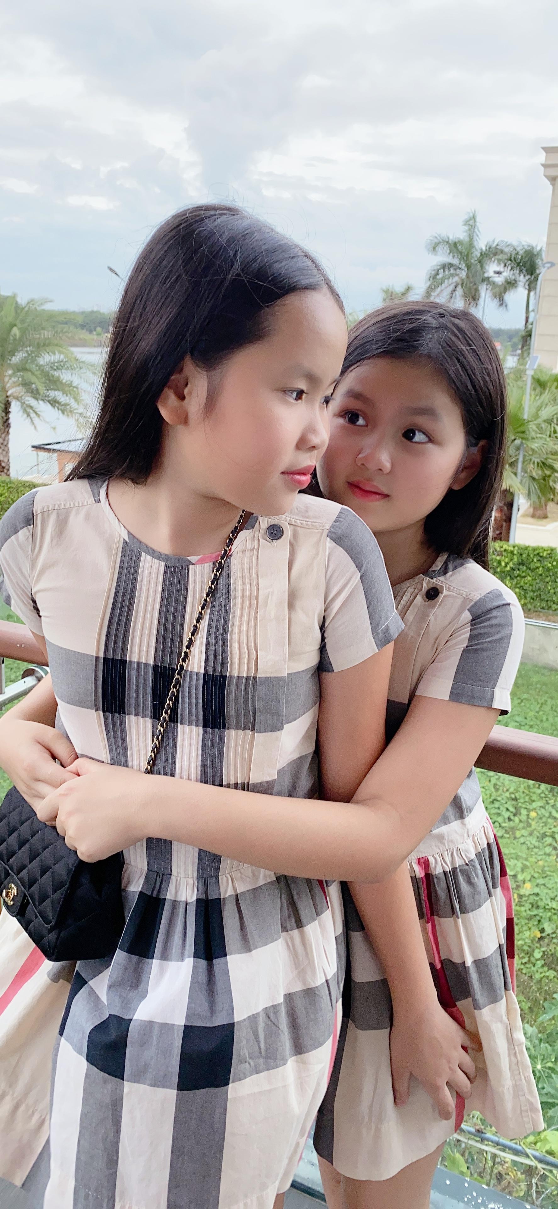Bất ngờ với vẻ ngoài cực kỳ đáng yêu của hai con gái sinh đôi nhà Hoa hậu Phương Lê, nhìn số lượng đồ hiệu mà ai cũng ghen tị 1