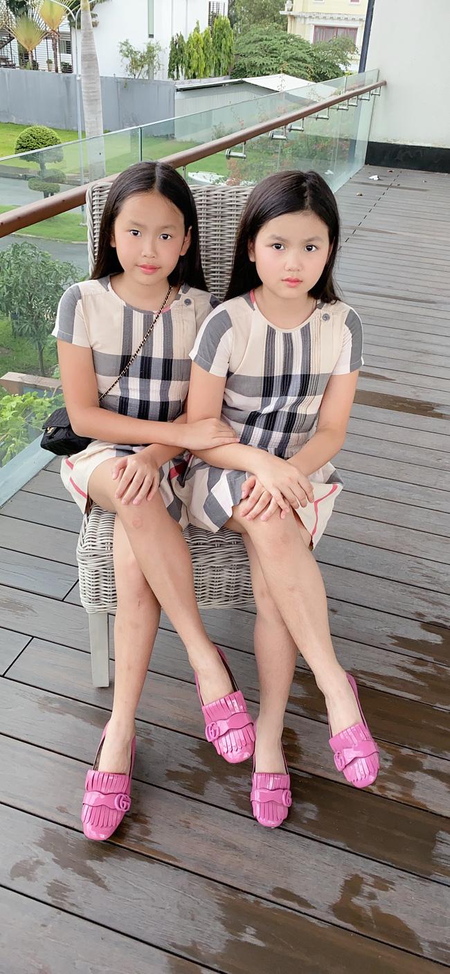 Michelle (bên trái và Olivia (bên phải đã làm quen với đồ hiệu từ khi còn nhỏ.