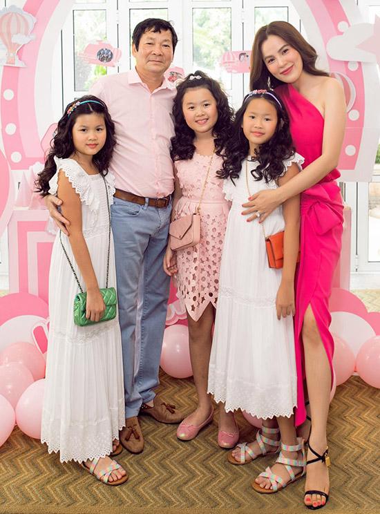 Bất ngờ với vẻ ngoài cực kỳ đáng yêu của hai con gái sinh đôi nhà Hoa hậu Phương Lê, nhìn số lượng đồ hiệu mà ai cũng ghen tị 4