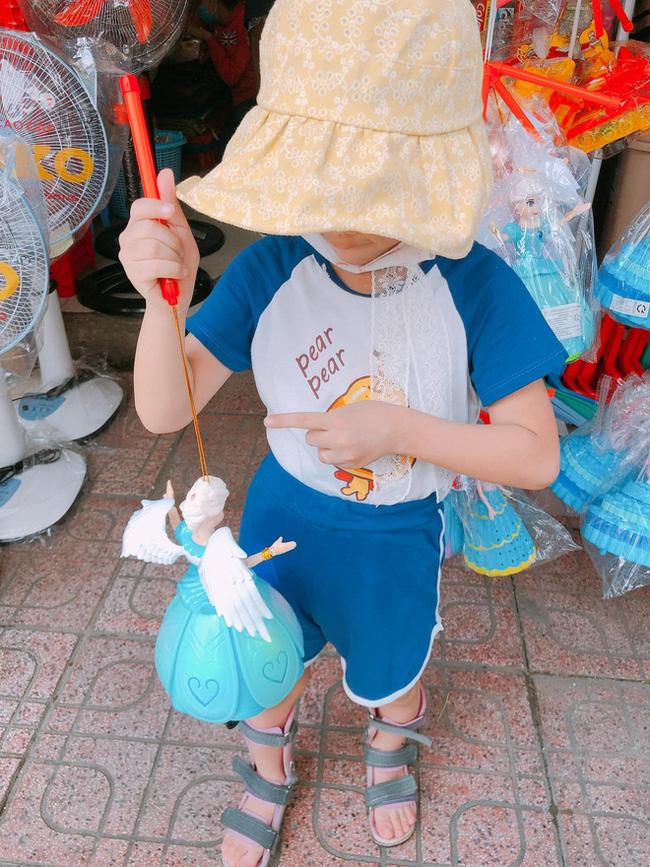 Món quà Trung thu được chị Phương mua cho con nuôi của mình.