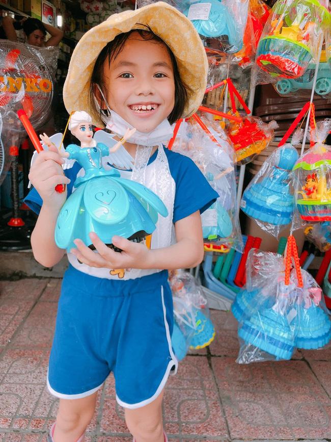 Bé Vàng Thị Pàng giờ đã 9 tuổi, lớn và xinh xắn hơn nhiều so với hình ảnh của em trước đây.
