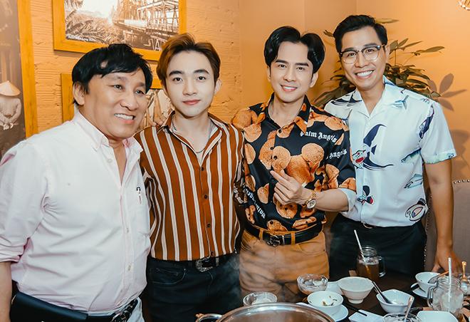 Ông bầu Hoàng Tuấn (ngoài cùng bên trái - pv) hộ tống giọng ca trẻ Trung Quang (áo kẻ - pv) và ca sĩ Đan Trường để ủng hộ cùng đồng nghiệp thân thiết.