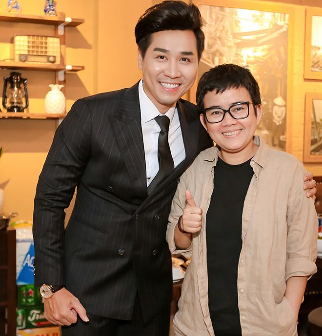 Nhạc sĩ Phương Uyên khoe vẻ tươi tắn khi chụp hình kỉ niệm cùng Nguyên Khang.