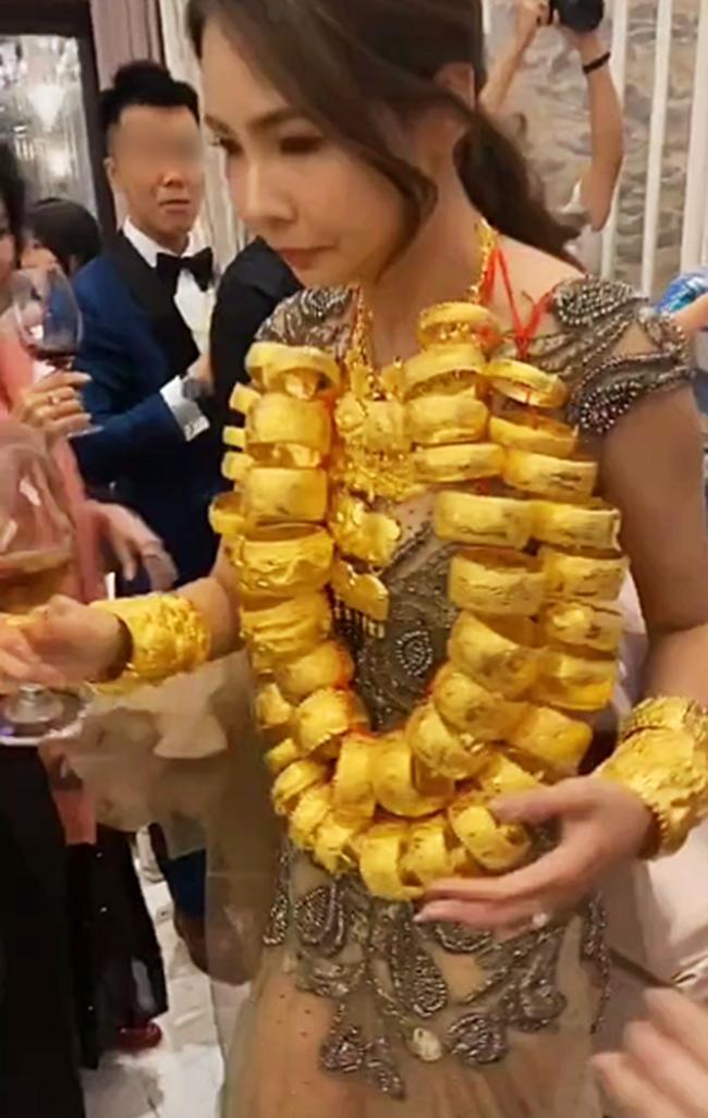 Cô dâu xinh đẹp ''còng lưng'' quấn cả chục cân vàng trên cổ, nhìn sang chú rể đeo đúng 2 ''cọng dây'' minh họa thì ai cũng phải bật cười 2