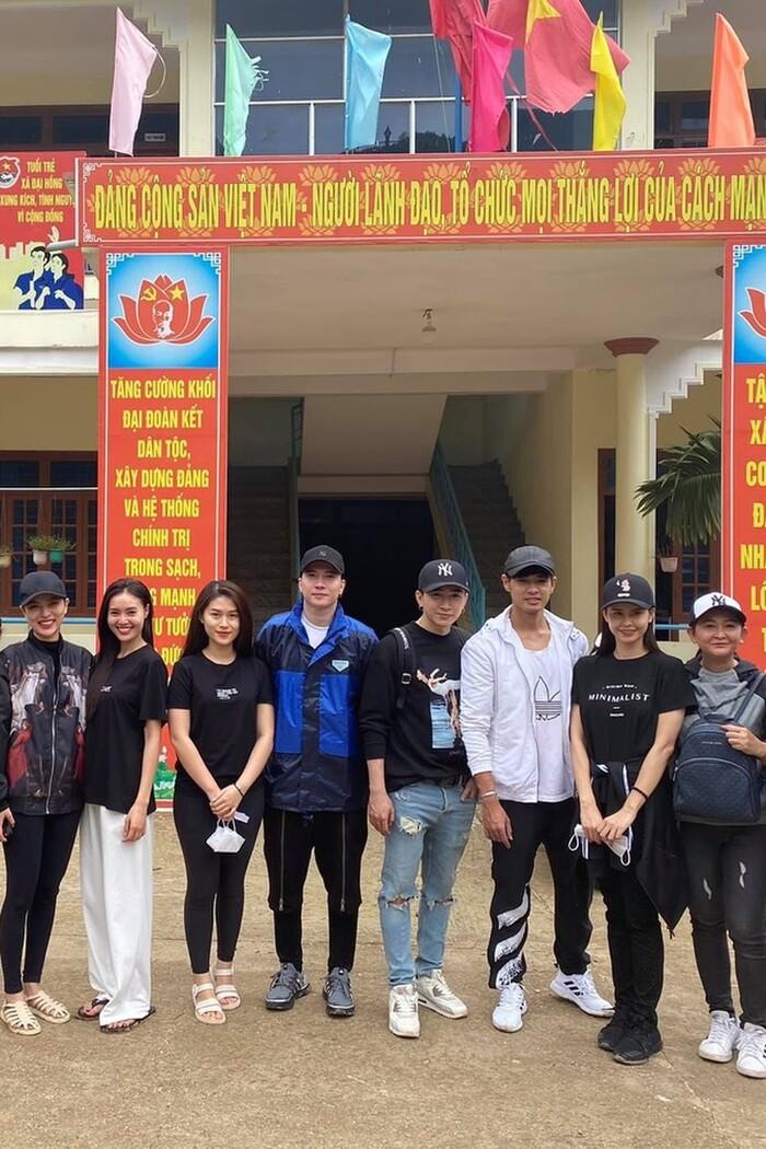 Dân mạng 'soi' Lan Ngọc và Chi Dân diện đồ đôi trong chuyến tình nguyện ở miền Trung 3