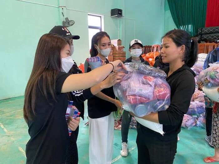 Dân mạng 'soi' Lan Ngọc và Chi Dân diện đồ đôi trong chuyến tình nguyện ở miền Trung 1