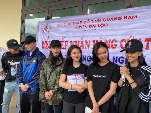 Dân mạng 'soi' Lan Ngọc và Chi Dân diện đồ đôi trong chuyến tình nguyện ở miền Trung 4