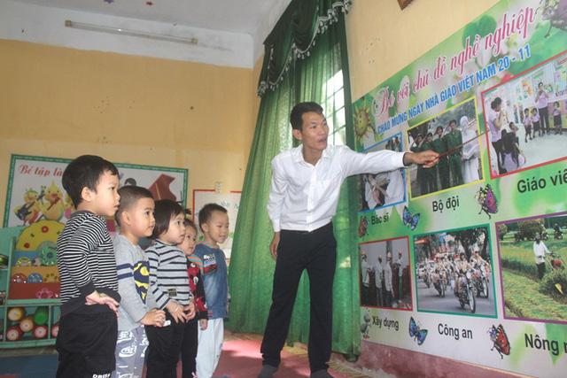 Thầy giáo Nguyễn Xuân Ba đang công tác tại trường mầm non xã Vĩnh Hòa