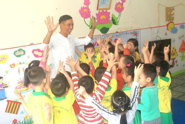 Niềm vui của thầy Hùng khi tham gia vui chơi cùng các bé