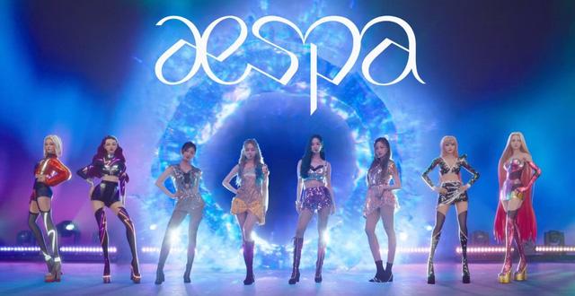 4 thành viên aespa và các phiên bản ảo cùng xuất hiện trên sân khấu.