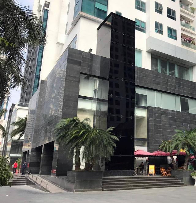Thang máy nằm bên ngoài tòa nhà, phục vụ từ tầng 1 đến tầng 4.