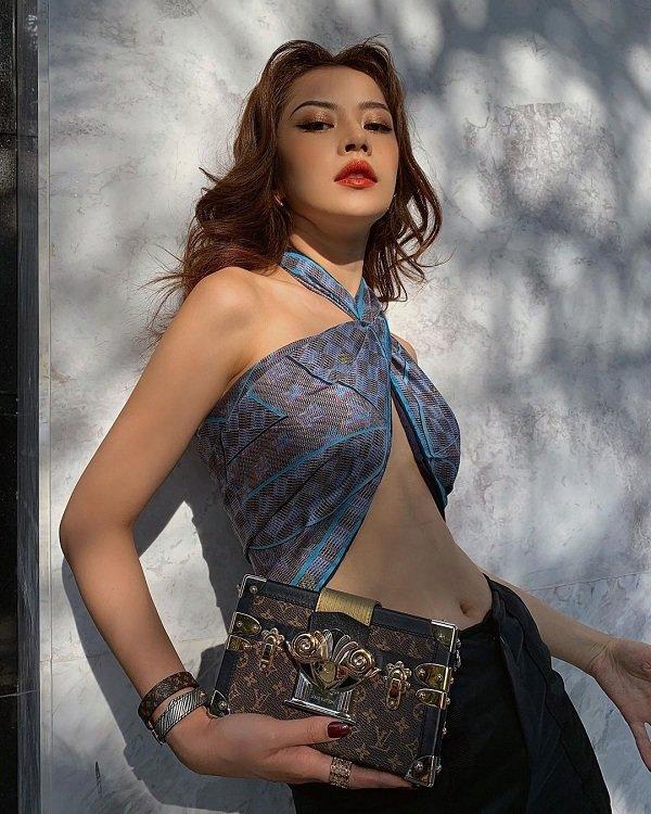 Mới đây nhất, hình ảnh nữ diễn viên Chị chị em emvới kiểu khăn của Louis Vuitton quấn quanh ngực cut-out đầy thu hút đi cùng phụ kiện clutch xách tay và trang sức sành điệu