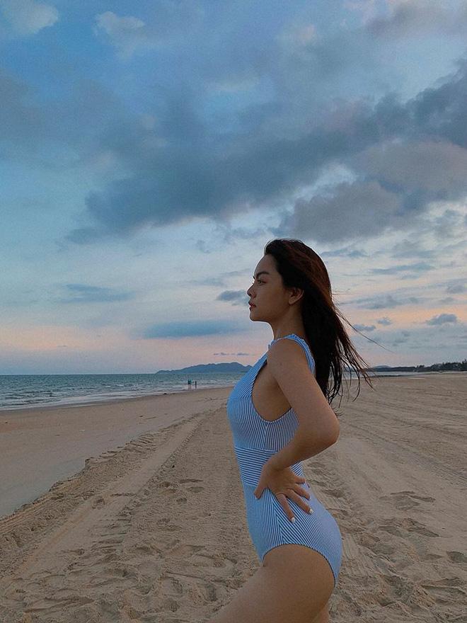 Phạm Quỳnh Anh được xem là 1 trong số những nữ ca sĩ 'lão hóa ngược' của showbiz Việt. Bất chấp độ tuổi U30 và việc đã qua 2 lần sinh nở, giọng ca Bụi bay vào mắt vẫn sở hữu vóc dáng nuột nà, cuốn hút.
