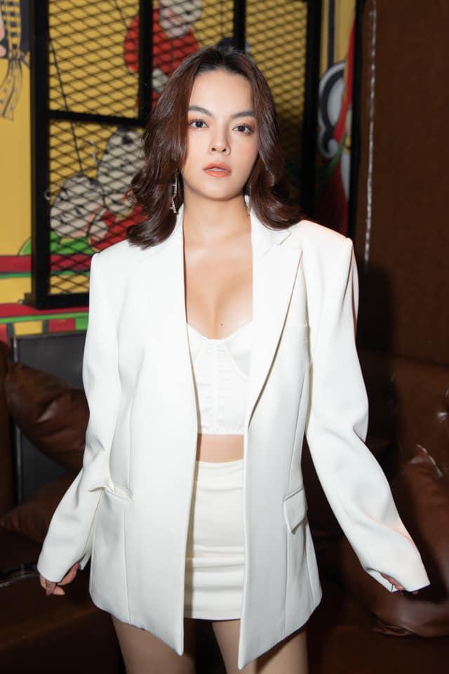 Trở lại với showbiz Việt sau nhiều năm đứng sau cánh gà, Phạm Quỳnh Anh gây bất ngờ với phong cách thời trang táo bạo và nhan sắc ngày càng cuốn hút.