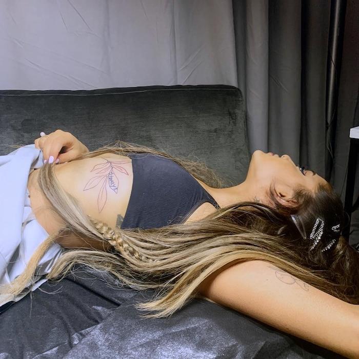Ariana Grande với hai hình xăm ở vị trí đau nhất trên cơ thể.