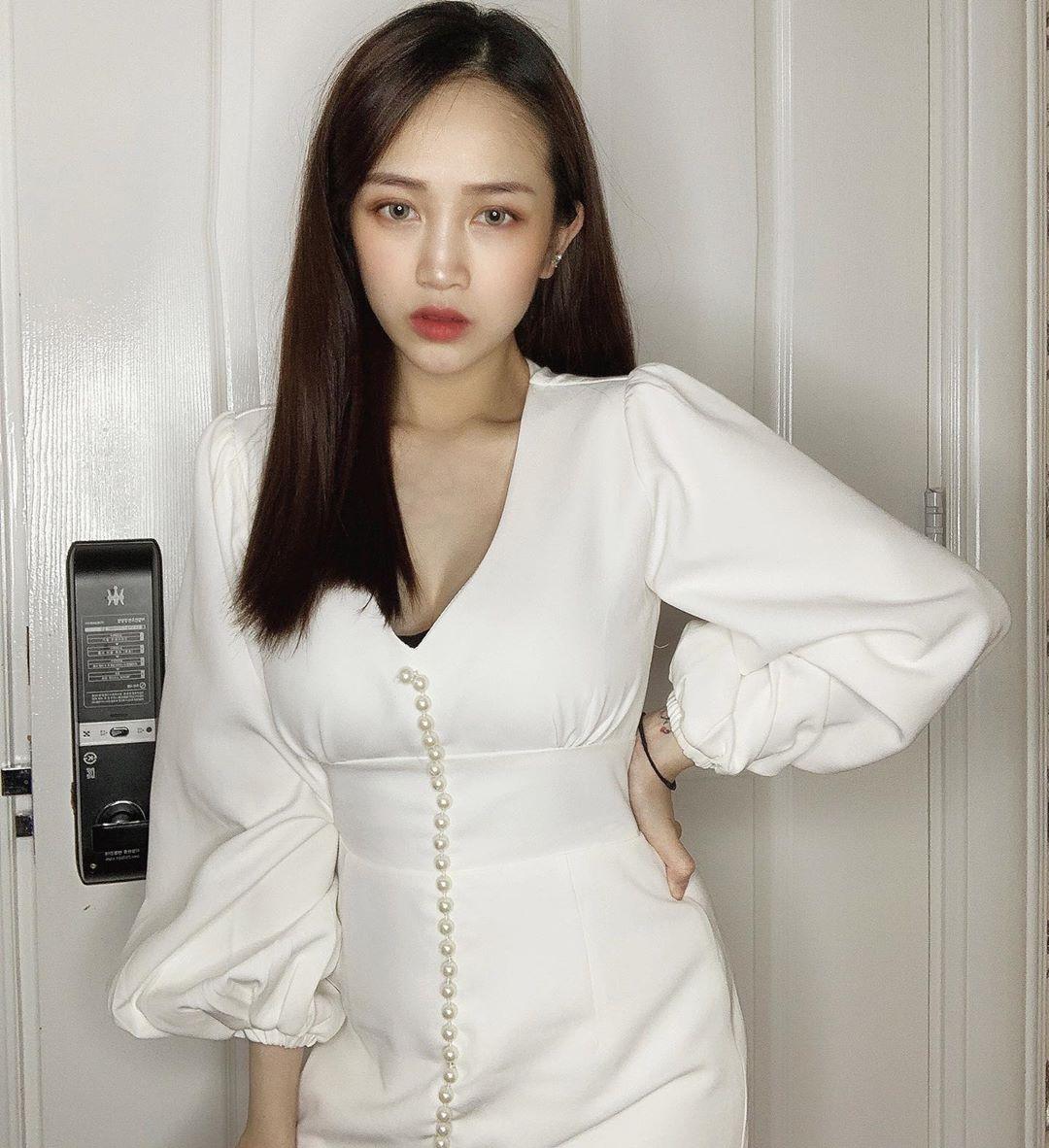 Cô thường chọn diện những mẫu váy áo có độ ôm nhẹ, cổ chữ V để tôn lên vòng 1 gợi cảm.