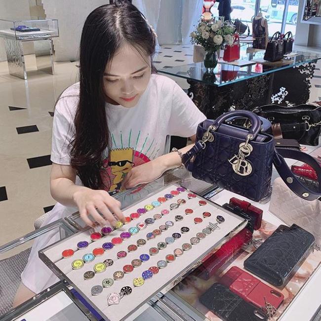 Vừa tiết lộ doanh thu 1 tháng gần 2 tỷ, bà bầu 9X Quỳnh Anh - vợ cầu thủ Duy Mạnh đã mạnh tay sắm cả núi đồ hiệu, ước tính giá trị không dưới trăm triệu 5