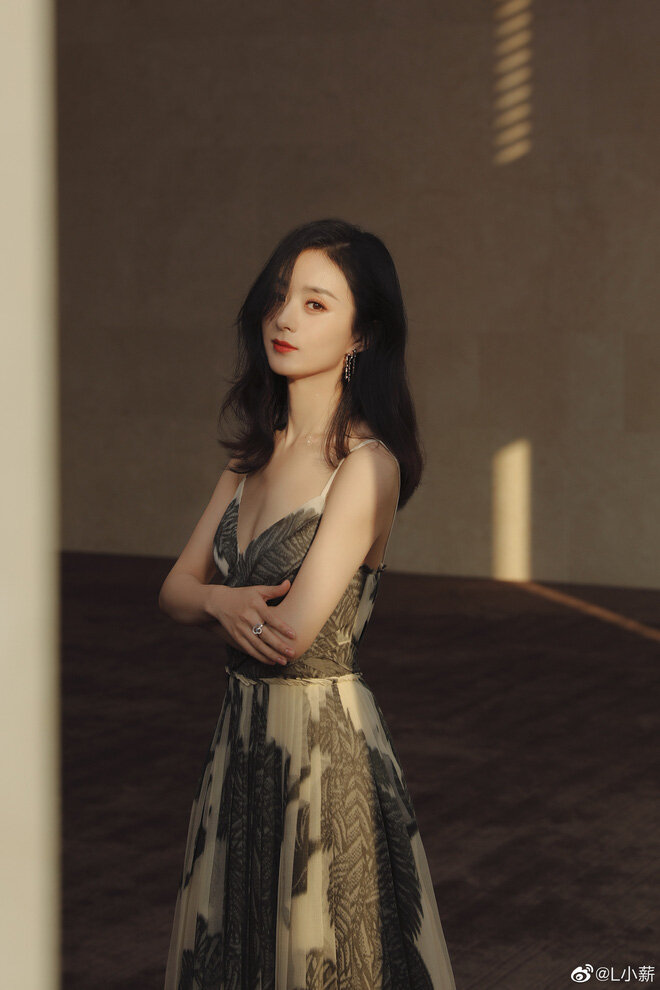 Mong manh, nữ tính là style mà Triệu Lệ Dĩnh luôn hướng đến trong trang phục của mình.