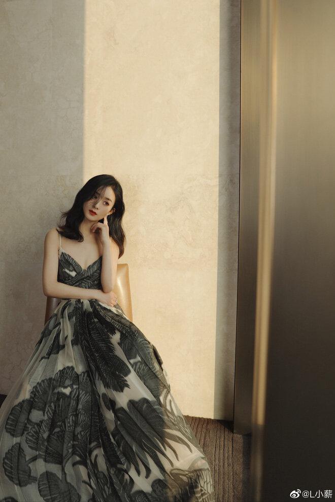 Mỹ nhân Cbiz lột xác khỏi phong cách ăn mặc xấu, quê mùa khi diện bộ váy Dior hai dây gợi cảm thế này.