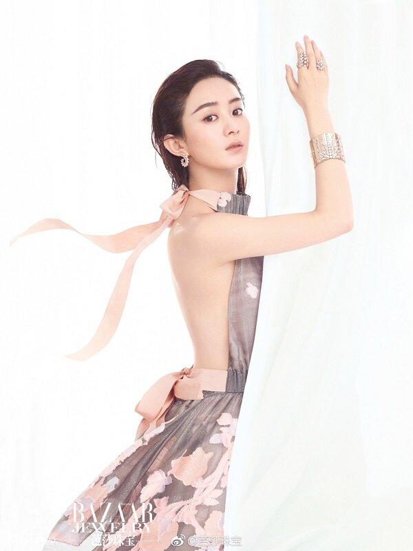 Phong cách quyến rũ của Triệu Lệ Dĩnh trong các hình chụp tạp chí nhiều lần nhận được lời khen có cánh từ người hâm mộ vì cô đã thoát khỏi hình tượng an toàn.