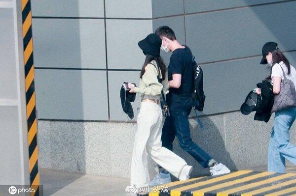 Mới đây, khi cùng ông xã xuất hiện tại sân bay, Triệu Lệ Dĩnh diện bộ cánh chất chơi vô cùng.