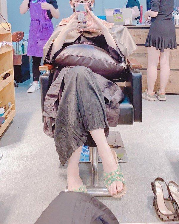 Có thể thấy, đôi giày hàng hiệu lúc đầu người đẹp mang (góc phải) là thiết kế thuộc dòng J'dior, có giá thành hơn 1000 đô - trên 25 triệu đồng.